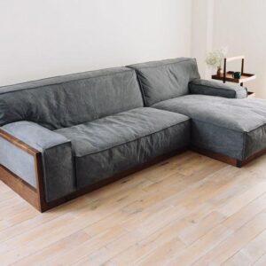 كنبة زاوية ميزتها الرئيسية هي المقعد الطرفي الممتد ، والذي يمكننا وضعه على الجانب الأيسر أو الأيمن ، على أساس تصميم غرفة المعيشة .